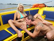 Auf dem Motorboot Fotze lecken und ficken