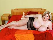 Dicke fette Frau fickt sich mit dem Dildo