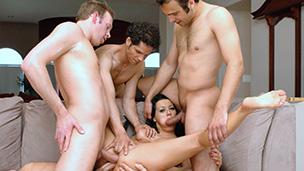 Ins richtige Loch gefickt Die drei Jungs haben sich zu ihren Junggesellen abschied eine Nutte bestellt, nach der Begutachtung ...