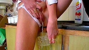 In ein Glas gepisst